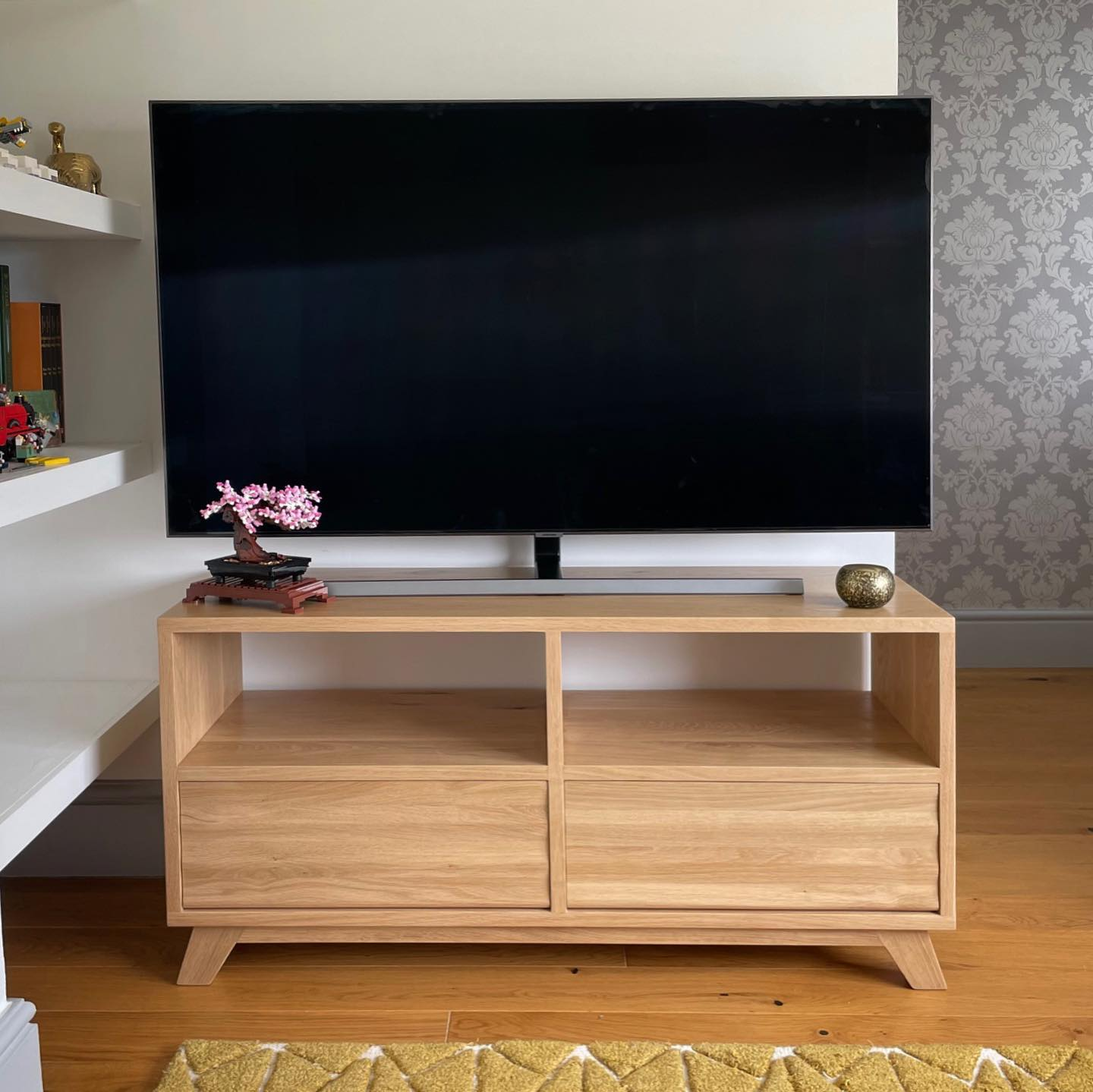We are absolutely delighted to see this Tv stand we created in its forever home. We delivered it today and It looks like it's always been there ️ What a lovely end to the week .Thank you to Blossie for being an excellent model!. #bespoke #handmade #customised #madetomeasure #oak #featurewall #tvstand #focalopoint