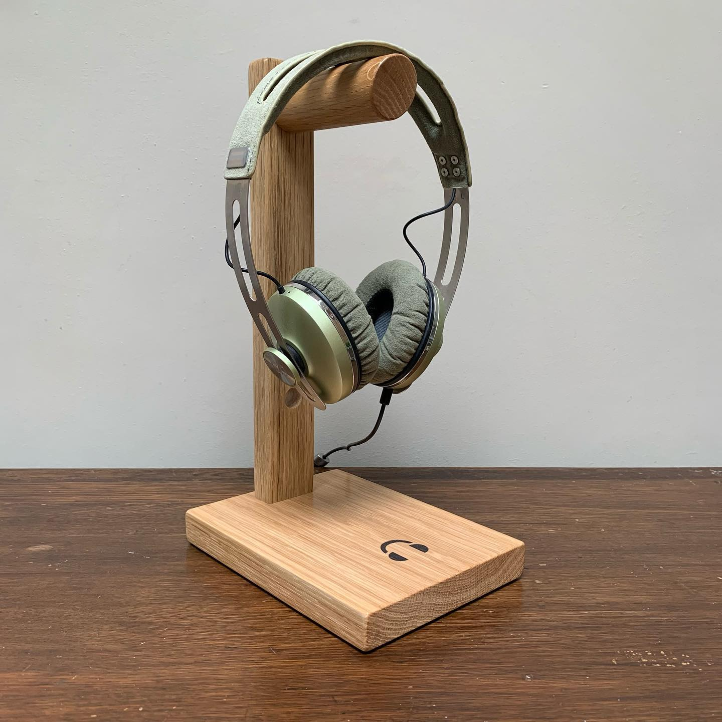 These headphone stands are now available to purchase through our website!A great addition to any desk, side table or music room.Made from oak and finished with a clear semi gloss varnish, bringing out the warm tones and grain of the wood.For those with headphones which require charging, the stand includes a handy hole for cable management.Maximum height of headphones is 25cm from top of hook to base.Follow the product link or visit www.gingerandtweed.com Link in bio @gingerandtweed..#homedecor #music #desktop #workingfromhome #office #newproduct #oak #handcrafted #design #gingerandtweed
