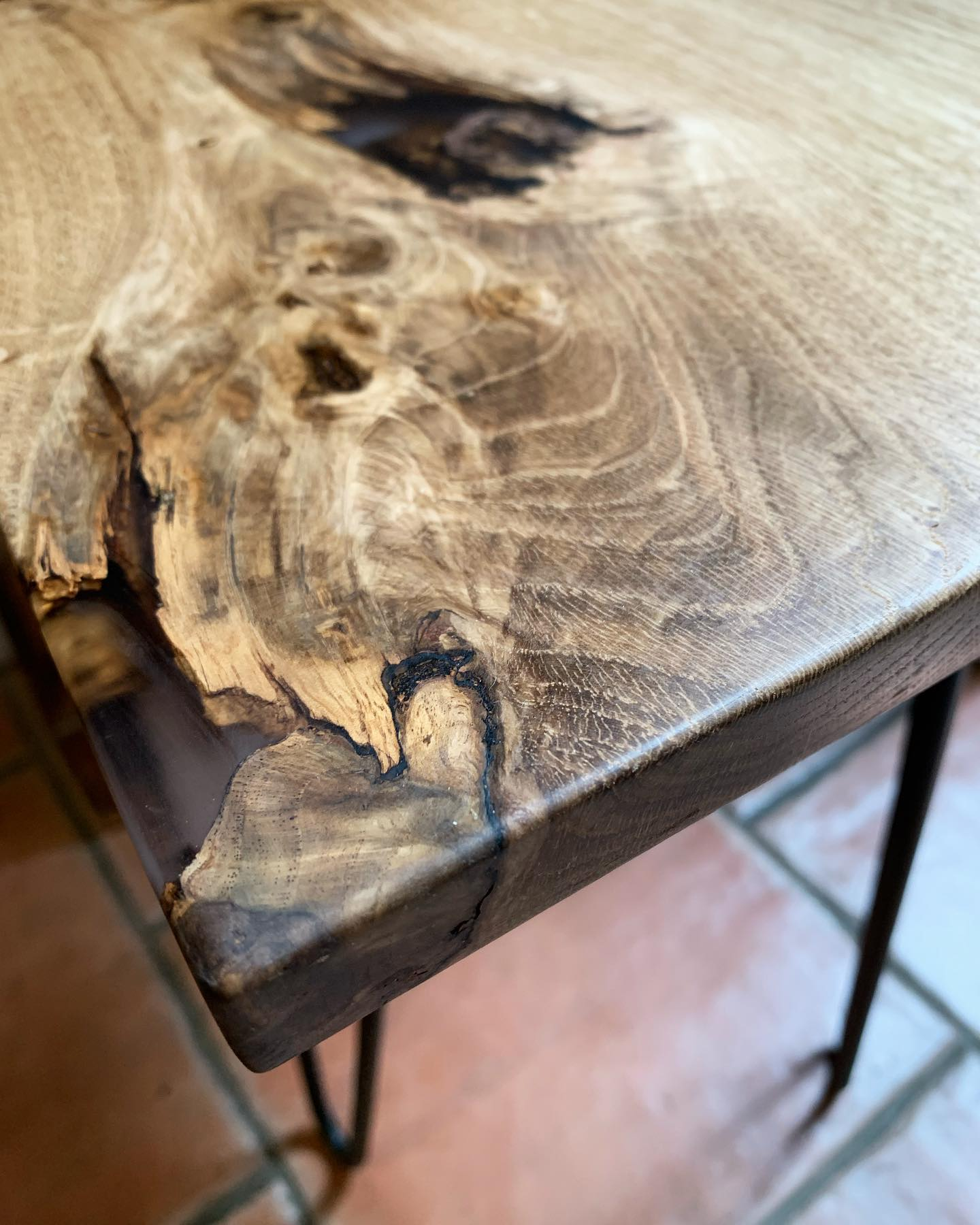 What an amazing piece of oak!!!?! It's a million miles from how it was a few days ago, Now Fully revived into something functional  needs a bit more polishing and it'll be market ready!..#beautifulwood #elbowgrease #handcrafted #tabletop #resin #oak #hardworkpaysoff